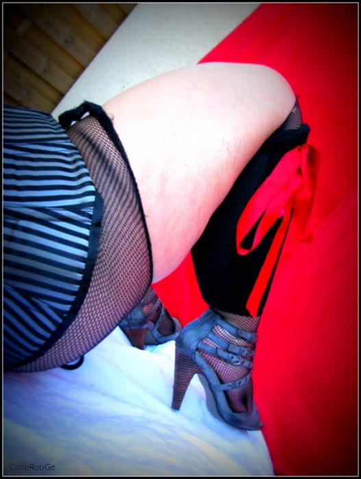 Lingerie érotique sous le rideau rouge