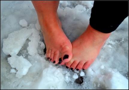 Nu pieds dans la neige