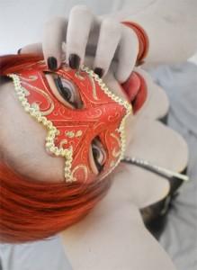Le charme d'une mystérieuse coquine rousse