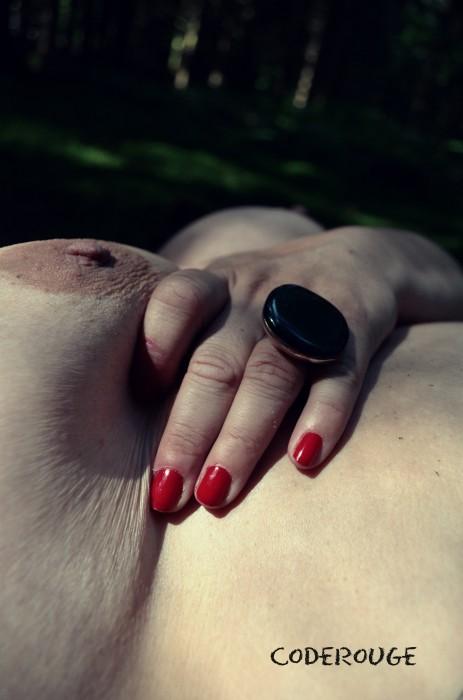 Ma main pince mon sein charnue