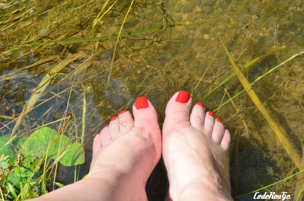 Pieds vernis au bord de l'eau