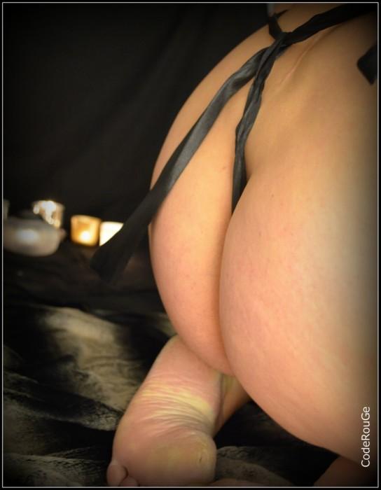Bout de tissus noir entre les fesses